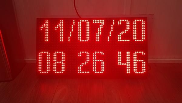 Đồng led hiển thị đầy đủ ngày, tháng  năm.