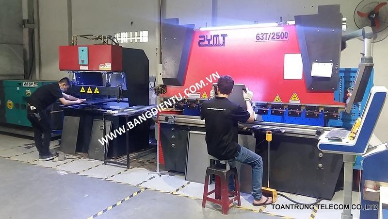 Toàn Trung sử dụng nhiều thiết bị máy móc hiện đại phục vụ việc sản xuất và lắp ráp màn hình led.