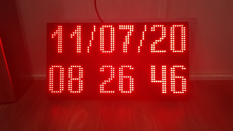 Đồng hồ led điện tử thể hiện chính xác giờ và ngày trên bảng hiển thị.