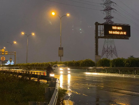 """Bảng điện tử trên đường dẫn cao tốc xuất hiện dòng chữ """"Trời mưa thì không lái xe"""" chiều 23-11 - Ảnh: Fanpage Tôi là dân quận 9"""